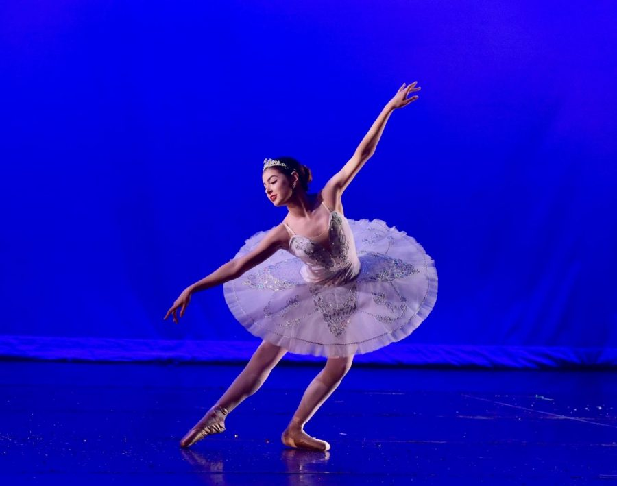 Senior+Naomi+Hill+dances+during+The+Nutcracker+holiday+winter+showcase.+She+performs+this+ballet+every+year+with+her+dance+company.+